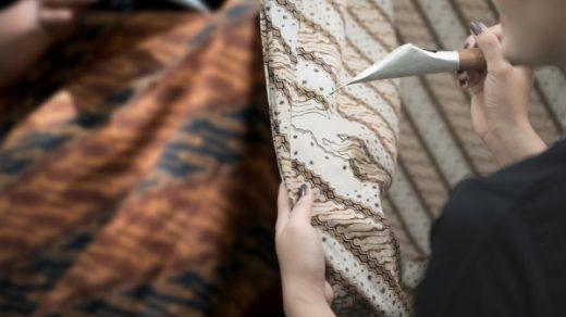 9 Model Baju Batik Modern Atas Pria yang Fashionable